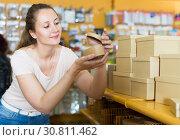Купить «boxes for gifts in the showroom», фото № 30811462, снято 19 апреля 2017 г. (c) Яков Филимонов / Фотобанк Лори