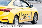 Uber такси. Фрагмент автомобиля. Крупный план (2019 год). Редакционное фото, фотограф E. O. / Фотобанк Лори