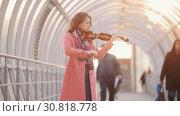Купить «Inspired talanted woman playing violin on the crowded passage», видеоролик № 30818778, снято 3 апреля 2020 г. (c) Константин Шишкин / Фотобанк Лори