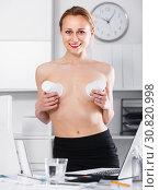 Купить «Portrait of naked girl joking with cups in the office», фото № 30820998, снято 24 апреля 2017 г. (c) Яков Филимонов / Фотобанк Лори