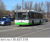 Купить «Автобус на рейсе. Челобитьевское шоссе. 1-й микрорайон района Северный. Город Москва», эксклюзивное фото № 30831518, снято 18 марта 2015 г. (c) lana1501 / Фотобанк Лори
