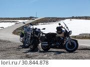 Три мотоцикла стоят на обочине узкой асфальтированной дороги в гористой местности. Норвежский живописный маршрут Aurlandsvangen. Норвегия. Стоковое фото, фотограф Кекяляйнен Андрей / Фотобанк Лори