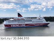 Купить «Круизный лайнер Amorella рядом с пирсом Аландских островов. Финская паромная компания Viking Line. Маршрут Турку, Мариехамн, Стокгольм», фото № 30844910, снято 10 июля 2018 г. (c) Кекяляйнен Андрей / Фотобанк Лори