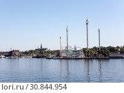 Вид со стороны залива на парк развлечений Грёна Лунд (Grona Lund). Расположен на острове Djurgarden, Стокгольм, Швеция. (2018 год). Редакционное фото, фотограф Кекяляйнен Андрей / Фотобанк Лори