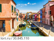 Купить «Bright colorful houses on Burano island on the edge of the Venetian lagoon. Venice, Italy», фото № 30845110, снято 17 апреля 2017 г. (c) Наталья Волкова / Фотобанк Лори