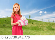 Купить «smiling red haired girl with birthday gift», фото № 30845770, снято 9 марта 2019 г. (c) Syda Productions / Фотобанк Лори