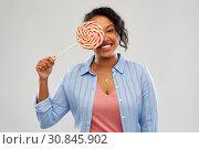 Купить «happy african american woman with big lollipop», фото № 30845902, снято 2 марта 2019 г. (c) Syda Productions / Фотобанк Лори