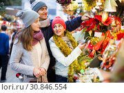family of three with teenage girl choosing floral decorations at market. Shallow depth of focus. Стоковое фото, фотограф Яков Филимонов / Фотобанк Лори
