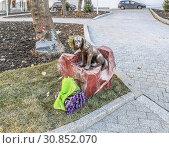 Купить «Скульптура «Муму» рядом с музеем И.С. Тургенева на Остоженке. Москва», фото № 30852070, снято 11 ноября 2018 г. (c) Виктор Тараканов / Фотобанк Лори