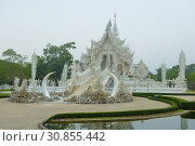 Wat Rong Khun (Белый храм)  облачным утром. Чианг Рай, Таиланд (2018 год). Стоковое фото, фотограф Виктор Карасев / Фотобанк Лори
