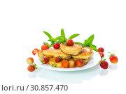 Купить «fried sweet pancakes with ripe strawberries in a plate», фото № 30857470, снято 2 июня 2019 г. (c) Peredniankina / Фотобанк Лори