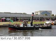 Berlin, Germany, tug Seima on the Spree in front of the Capital Beach Bar and the Federal Chancellery (2018 год). Редакционное фото, агентство Caro Photoagency / Фотобанк Лори