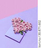 Handmade envelope with flowers heart on a duotone pastel background. Стоковое фото, фотограф Ярослав Данильченко / Фотобанк Лори