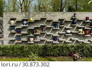 Capelle aan den IJssel, Netherlands. Suburb funeral and Obsequies Center, aiding remaining relatives in their mourning process after a family death. Стоковое фото, фотограф Guido Koppes / age Fotostock / Фотобанк Лори