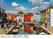 Купить «Bright colorful houses on Burano island on the edge of the Venetian lagoon. Venice, Italy», фото № 30875782, снято 17 апреля 2017 г. (c) Наталья Волкова / Фотобанк Лори