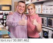 Купить «Family in shop with packed household appliances, holding thumbs up», фото № 30881462, снято 1 марта 2018 г. (c) Яков Филимонов / Фотобанк Лори