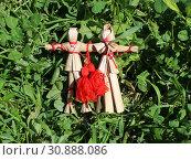 Русские соломенные куклы-неразлучники среди полевой травы. Стоковое фото, фотограф Елена Орлова / Фотобанк Лори