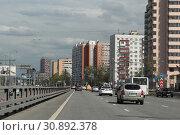Купить «Балашиха, многоэтажные дома на Щелковском шоссе вид в сторону МКАД», эксклюзивное фото № 30892378, снято 4 мая 2019 г. (c) Дмитрий Неумоин / Фотобанк Лори