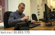 Купить «Typing text on the keyboard, the guy got angry at not working button», видеоролик № 30893170, снято 11 января 2019 г. (c) Aleksandr Sulimov / Фотобанк Лори