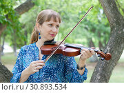 Купить «The young Russian woman with a violin costs at a tree in the park in the summer», фото № 30893534, снято 1 июня 2019 г. (c) Землянникова Вероника / Фотобанк Лори