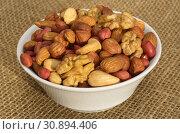 Разные орехи в миске на мешковине. Стоковое фото, фотограф Елена Коромыслова / Фотобанк Лори