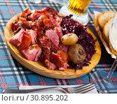 Купить «Juicy baked in beer pork knuckle», фото № 30895202, снято 17 июля 2019 г. (c) Яков Филимонов / Фотобанк Лори