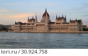 Купить «Вечерний вид с реки Дунай на здание Парламента в Будапеште, Венгрия», видеоролик № 30924758, снято 3 июня 2019 г. (c) Яна Королёва / Фотобанк Лори