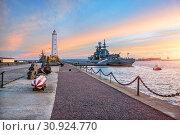 Маяк в Кронштадте Ship at the pier near the lighthouse in Kronstadt (2018 год). Редакционное фото, фотограф Baturina Yuliya / Фотобанк Лори