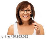 smiling senior woman with make up blush brush. Стоковое фото, фотограф Syda Productions / Фотобанк Лори
