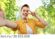 Купить «redhead teenage girl taking selfie making peace», фото № 30933658, снято 28 февраля 2019 г. (c) Syda Productions / Фотобанк Лори