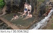 Купить «Туристы купаются в диких термальных источниках на полуострове Камчатка», видеоролик № 30934562, снято 13 июня 2019 г. (c) А. А. Пирагис / Фотобанк Лори