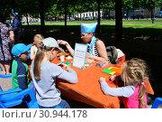 Купить «Мастер-класс для детей в сквере на Цветном бульваре в Международный День защиты детей. Город Москва. Россия», эксклюзивное фото № 30944178, снято 1 июня 2015 г. (c) lana1501 / Фотобанк Лори