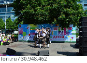 Купить «Детский танцевальный коллектив выступает в сквере на Цветном бульваре в Международный День защиты детей. Город Москва. Россия», эксклюзивное фото № 30948462, снято 1 июня 2015 г. (c) lana1501 / Фотобанк Лори