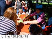 Купить «Мастер-класс по кулинарии для детей в сквере на Цветном бульваре в Международный День защиты детей. Город Москва. Россия», эксклюзивное фото № 30948478, снято 1 июня 2015 г. (c) lana1501 / Фотобанк Лори