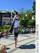 Выступление цирковых артистов в сквере на Цветном бульваре в Международный День защиты детей. Город Москва (2015 год). Редакционное фото, фотограф lana1501 / Фотобанк Лори