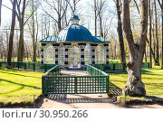 Aviary pavilion in The Lower Gardens in Peterhof in spring sunny day (2016 год). Редакционное фото, фотограф Ирина Мойсеева / Фотобанк Лори