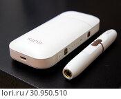 Купить «IQOS - система для курильщиков, заменяющая сигареты», фото № 30950510, снято 24 марта 2019 г. (c) Вячеслав Палес / Фотобанк Лори