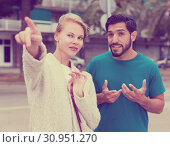 Man is asking woman stranger about road to hotel. Стоковое фото, фотограф Яков Филимонов / Фотобанк Лори