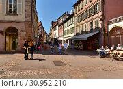 Купить «Люди на улицах старого города. Город Кольмар, Эльзас, Франция.», фото № 30952210, снято 18 апреля 2019 г. (c) Bala-Kate / Фотобанк Лори