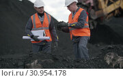 Coal mining worker open pit. Стоковое видео, видеограф Mark Agnor / Фотобанк Лори
