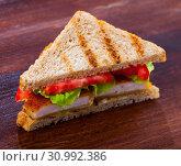 Купить «Tasty sandwich with fried chicken nuggets, tomatoes and lettuce», фото № 30992386, снято 17 июля 2019 г. (c) Яков Филимонов / Фотобанк Лори