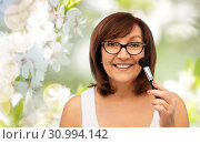 Купить «smiling senior woman with make up blush brush», фото № 30994142, снято 8 февраля 2019 г. (c) Syda Productions / Фотобанк Лори