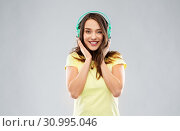 Купить «happy young woman or teenage girl with headphones», фото № 30995046, снято 29 января 2019 г. (c) Syda Productions / Фотобанк Лори