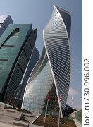 Купить «Комплекс зданий Москва-Сити, фрагмент», эксклюзивное фото № 30996002, снято 21 апреля 2019 г. (c) Дмитрий Неумоин / Фотобанк Лори