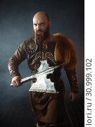Купить «Bearded viking with axe enters the battle», фото № 30999102, снято 27 марта 2019 г. (c) Tryapitsyn Sergiy / Фотобанк Лори