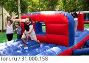 Bearded guy competing to collect hoops. Стоковое фото, фотограф Яков Филимонов / Фотобанк Лори
