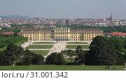 Купить «Дворец Шёнбрунн в городском пейзаже апрельским днем. Вена, Австрия», видеоролик № 31001342, снято 28 апреля 2018 г. (c) Виктор Карасев / Фотобанк Лори