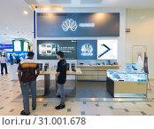 Купить «Huawei store in Plaza Low Yat, Kuala Lumpur», фото № 31001678, снято 13 марта 2017 г. (c) Александр Подшивалов / Фотобанк Лори