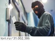 robber using electronic key for acceess. Стоковое фото, фотограф Дмитрий Калиновский / Фотобанк Лори