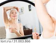 Купить «Woman doing body hair removal», фото № 31003866, снято 21 марта 2017 г. (c) Яков Филимонов / Фотобанк Лори